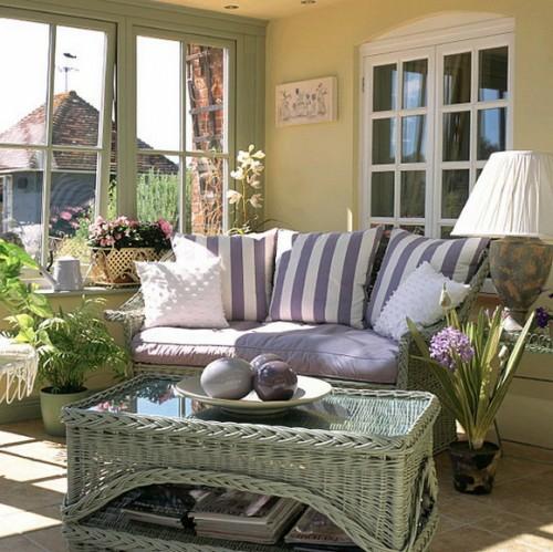 frische veranda deko ideen korbmöbel streifen lila