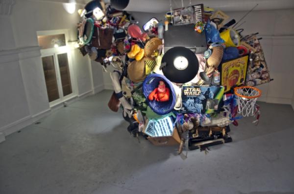 gallerie installation kunst gegenstände mischung skulptur art