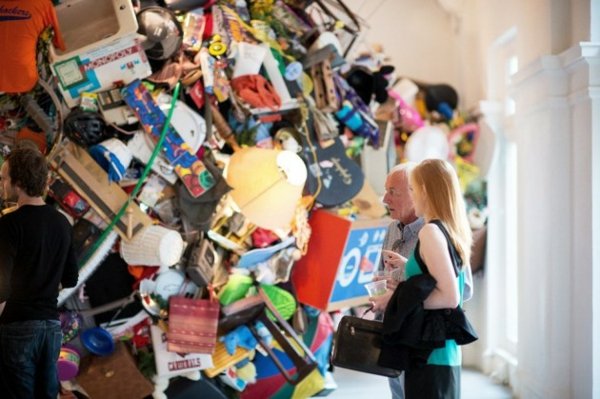 gallerie installation kunst gegenstände mischung