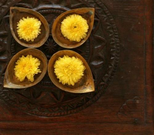 gelbe blumen behälter holz tisch