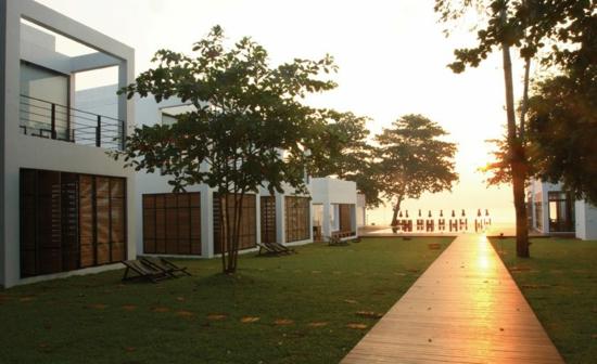 hotel schlicht einrichtungm the library thailand bäume natur garten