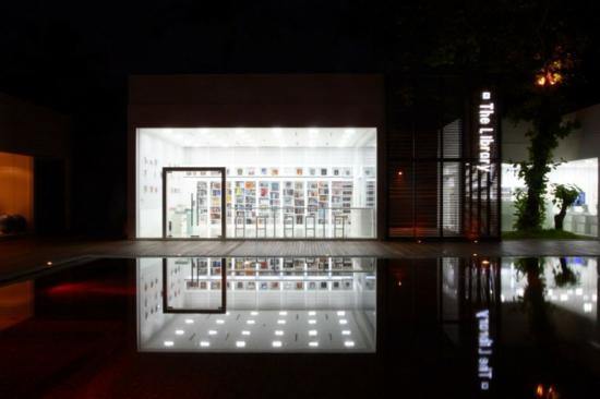 hotel schlicht einrichtung the library thailand pool bibliothek