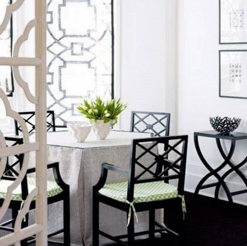 esszimmer interieur schwarz weiß blumen- stühllehnen tischdecke