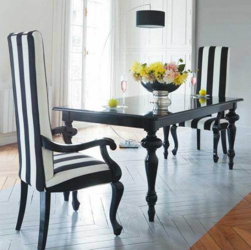 inneneinrichtung in schwarz weiß stühle streifen tisch blumen