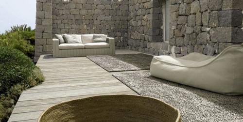 innenhof design interior paola lenti aqua sofa steinwände