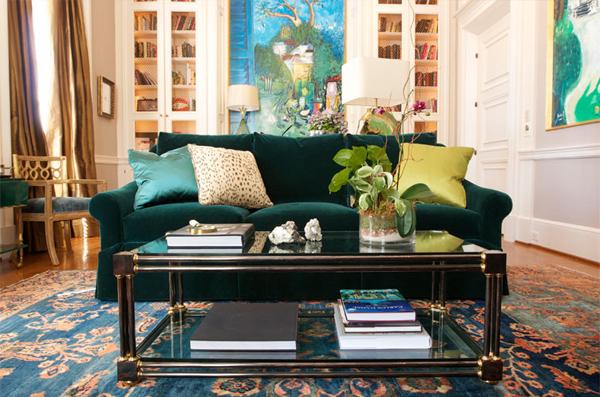 interior design in smaragdgrün sofa polsternneu kissen