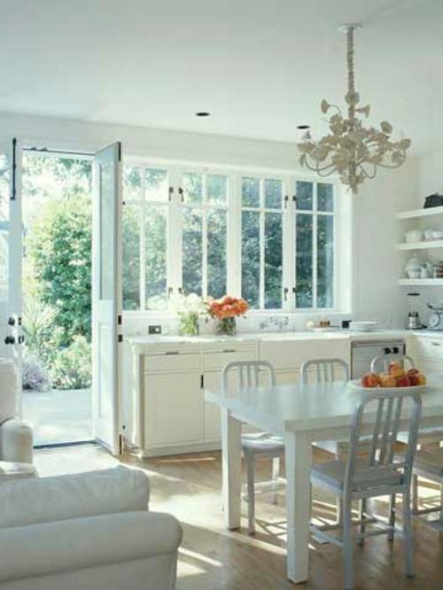 küchen mit vielen fenstern Geschirr spülen