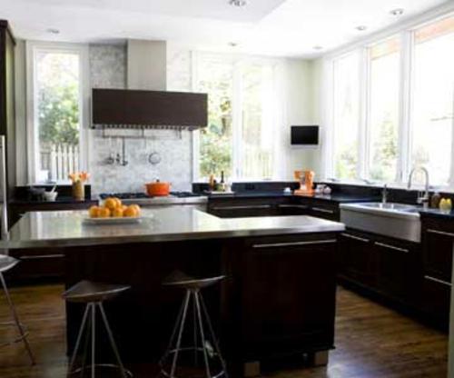 Küchen mit vielen Fenstern ruhiger platz
