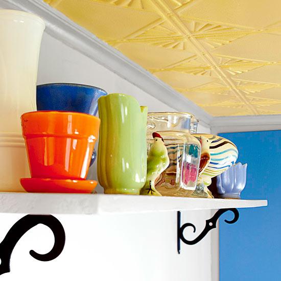 küchenbereich regale weiß zierelemente keramisch geschirr blumentopf