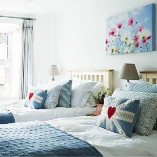 babyzimmer im britischen stil bettdecken blau kissen weiß