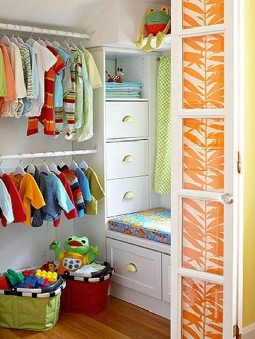 Wie kann man den wandschrank im kinderzimmer organisieren for Kids room closet ideas