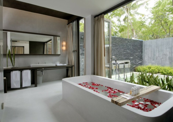 koh samui ferienort thailand privat polsterbett badewanne roseblütten