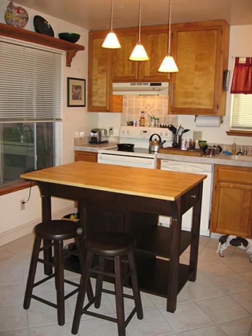 kücheninsel mit sitzplätzen bar höhe arbeitsplatte schmall holz hell oberfläche