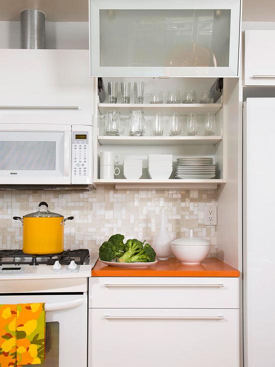 kompakte küchen weiß küchenspiegel regale wandschrank