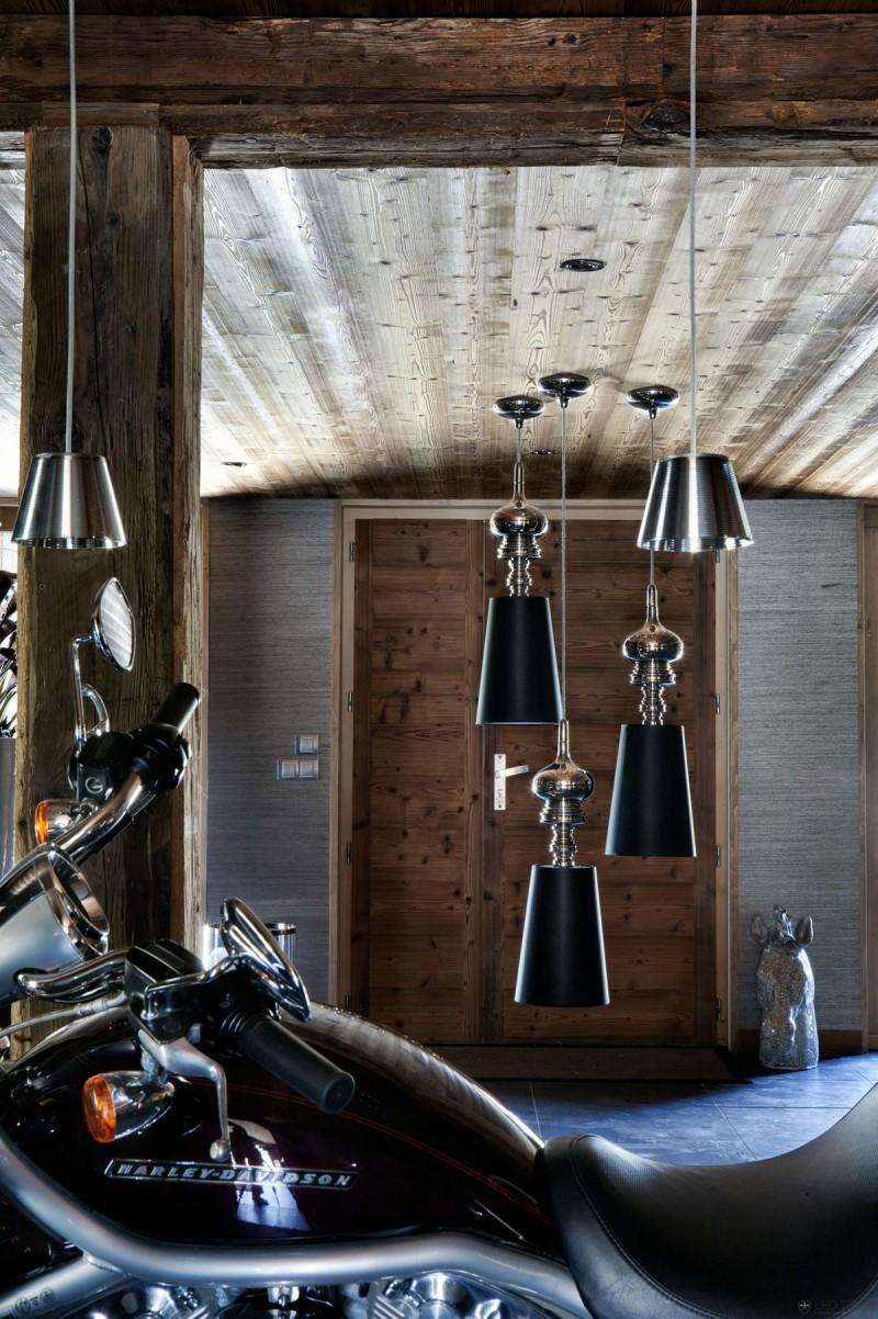 luxuriöse berghütte one oak combloux holz motorrad kronleuchter