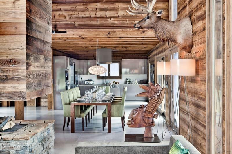 luxuriöse berghütte one oak combloux holz skulptur essbereich
