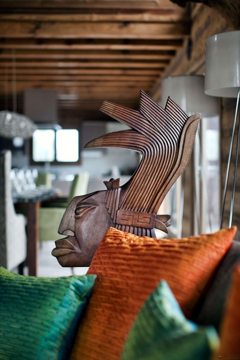 luxuriöse berghütte one oak combloux holz skulptur indianer