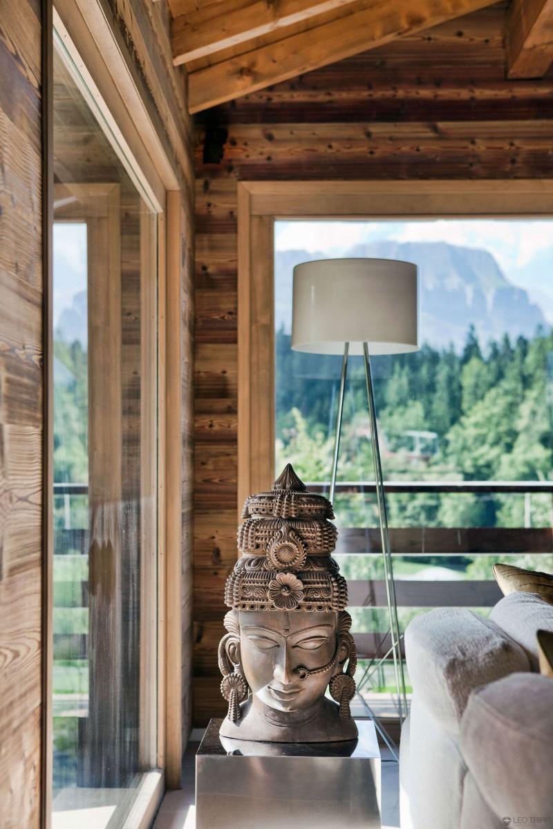 luxuriöse berghütte one oak combloux holz skulptur buddha