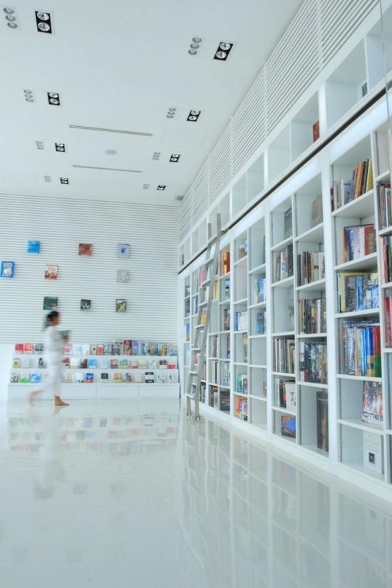 minimalistisches hotel design-the library bibliothek weiß