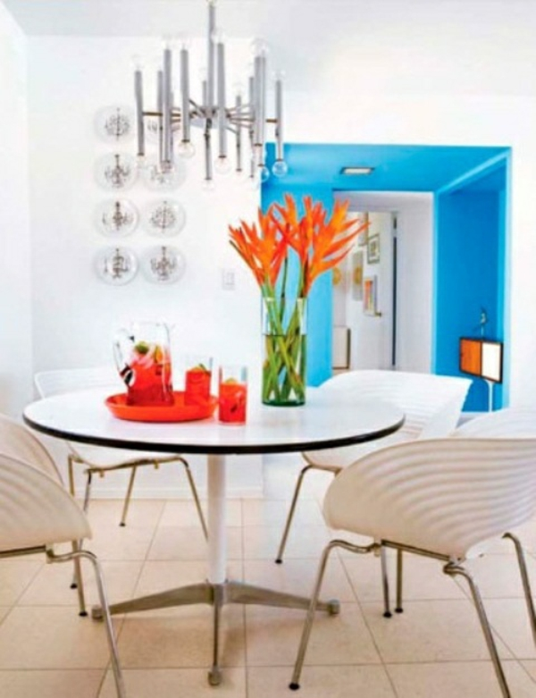 modern essbereich orange blumen deko