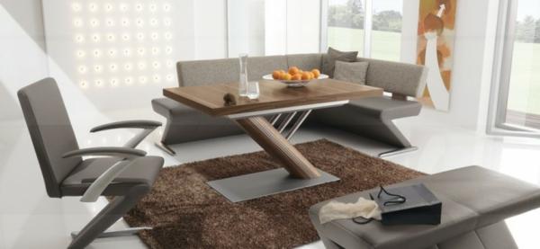 Stilvolle Essecke mit z-förmigen Polstermöbeln und eigebautem Kamin