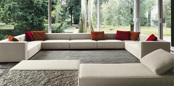 neutrales farbschema minimalistisch wohnzimmer  rot wurfkissen