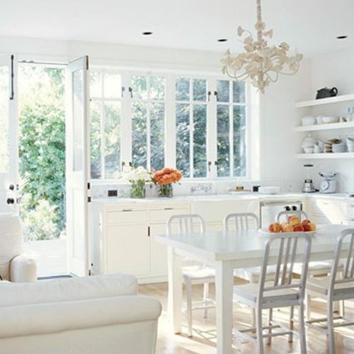 offene küchen landhausstil schneeweiß kronleuchter gemütlich praktisch