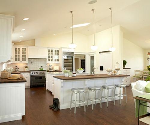 offene küchen zwei kücheninsel weiß stehstüle hängelampen holz bodenbelag