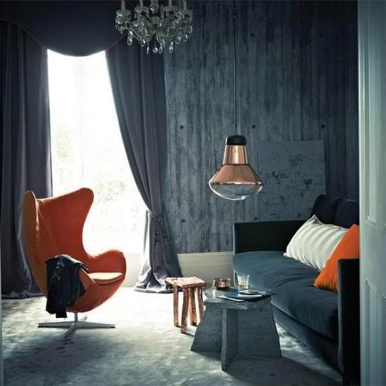orange sessel bequem originell betontapeten hängelampe kronleuchter klassisch grau vorhänge
