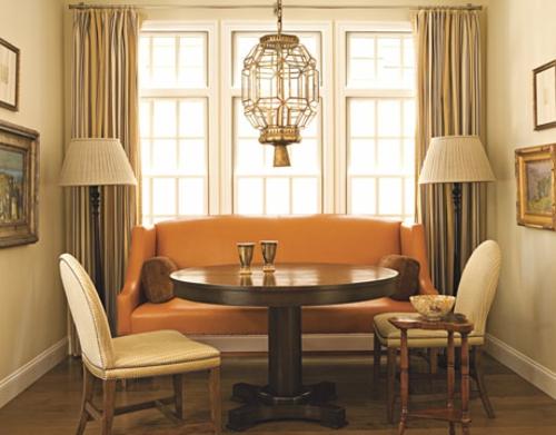 Lampen in der Wohnung – orange Ledersofa und Stehlampen[R
