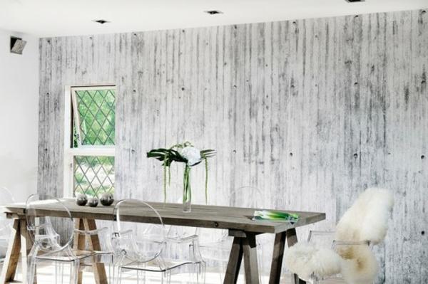 originelle betontapeten schlicht holz esstisch akrylstühle gittertür