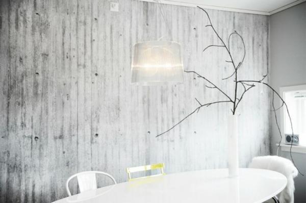 originelle betontapeten schlicht holz esstisch weiße stehlampe