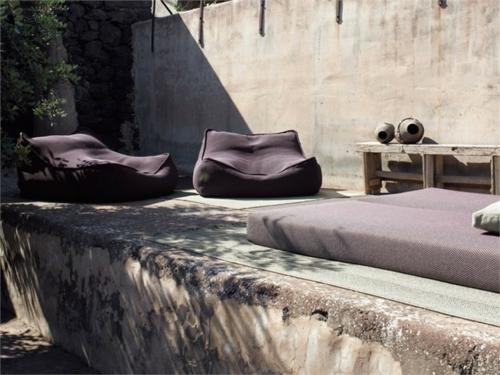 paola lenti aqua sessel relax lila betonfußboden