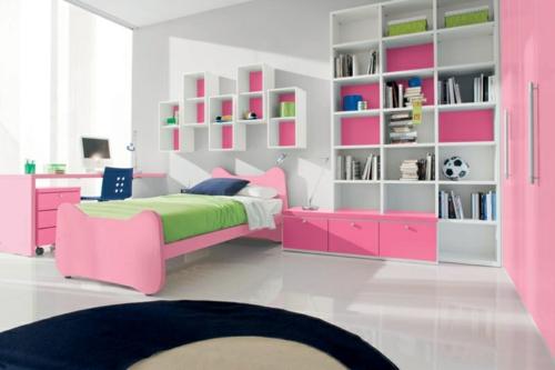 schlafzimmer wandregale weiß rosa ordnung bücher
