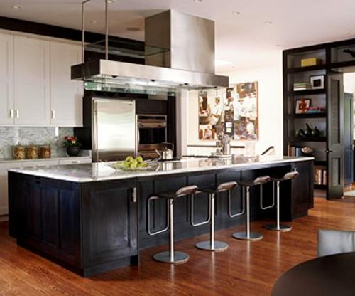 schwarz küchenarbeitsplatte stehstühle modern dunkel braun boden