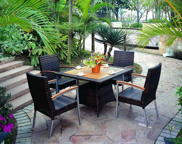 schwarz-stühle-rattan-patio