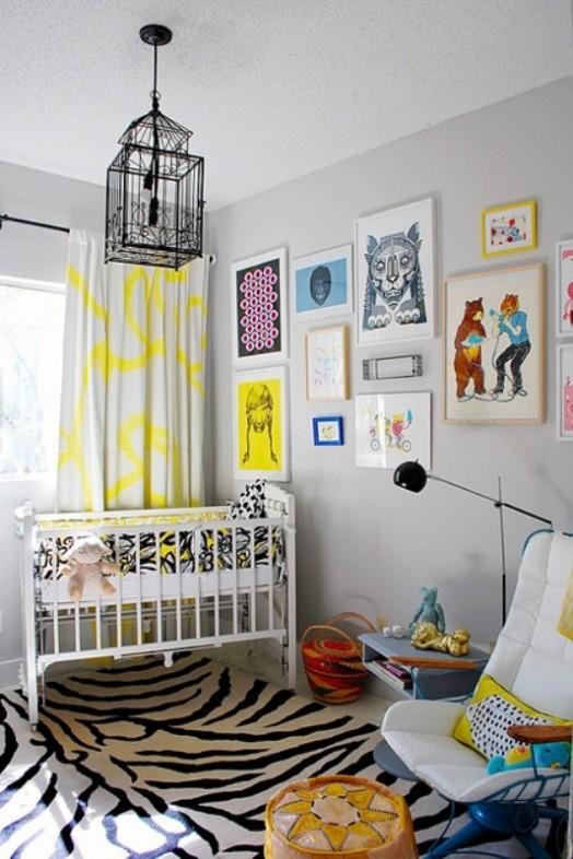 Schwarz-weißer, kleiner Teppich im Kinderzimmer - gelbe Deko Elemente