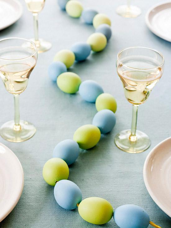 selbstgemachte ostern tischdeko blau grün girlande eier
