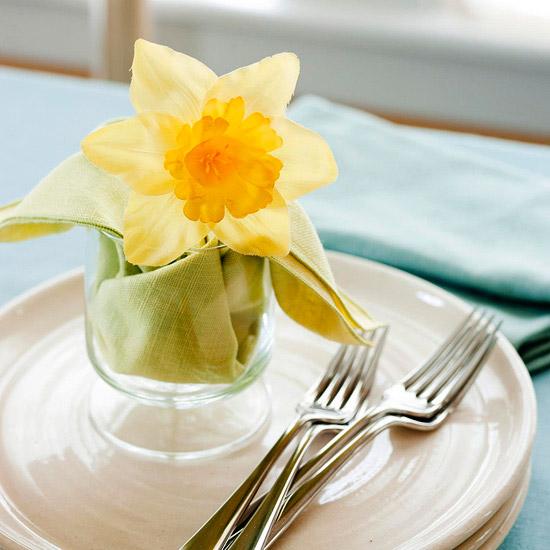 selbstgemachte ostern tischdeko gelb narzissen gabel