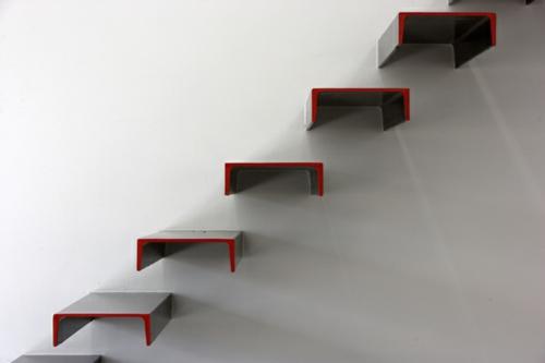 Designer Treppen schickes interior design in schwarz weiß mit roten akzenten