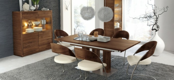 stilvolles design mit weiß braunen stühlen
