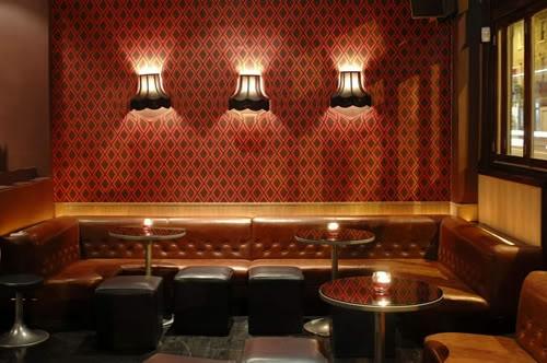 surrealistische wandtapeten wandlampen ledersofa rund dekorativ glastisch