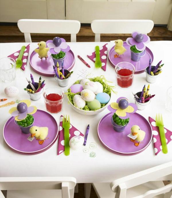 tisch deko lila teller fest ostern eier bunt weiß tischdecke