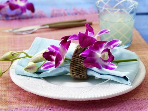 tischdekoration lila orchideen
