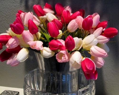 fr hlingsdekoration mit rosa tulpen tolle und leichte idee. Black Bedroom Furniture Sets. Home Design Ideas