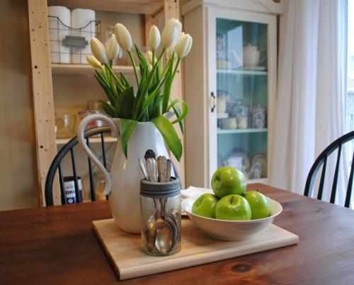 vase porzellan weiß tulpen grün apfel idee deko küchenbereich