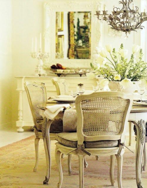 Edler Esstisch und goldene Stühle