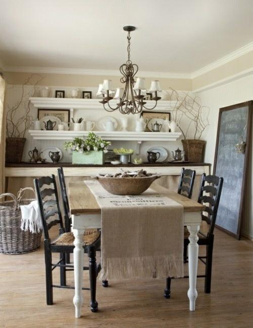 Ein runder Esstisch mit hübschen Ornamenten