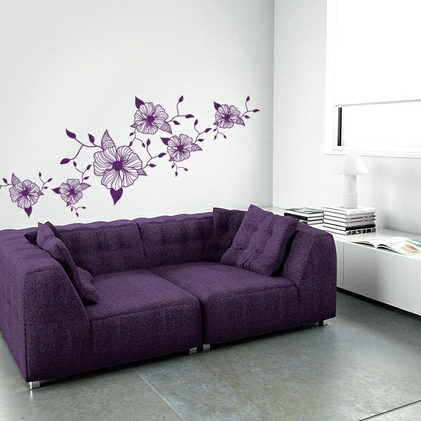wanddekoration lila blumen sofa