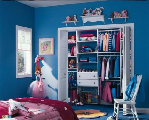 wandschrank im kinderzimmer organisieren dunkel blau wände